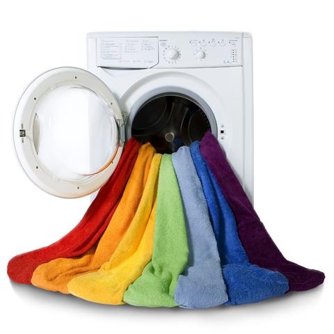 pralka ubrania w środku