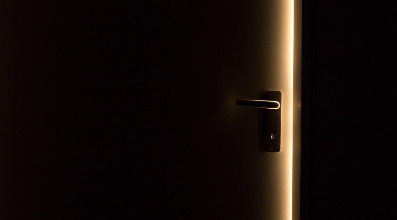 wypaczone drzwi