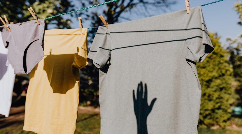 pralka brudzi ubrania